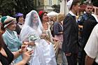 Mieszkańcy Lwowa i turyści z całego świata byli świadkami niecodziennego widowiska. Na rynku lwowskim odbyła się część ceremonii ślubnej dwójki młodych Żydów (25.07.2010)